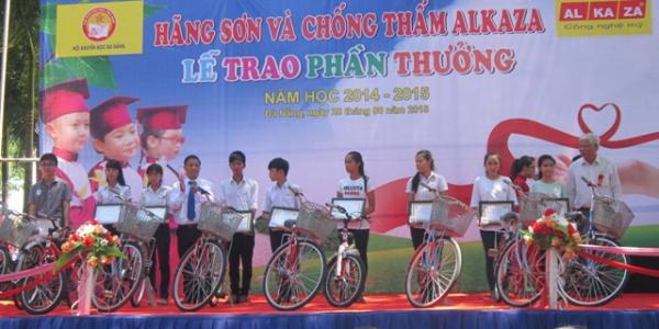 Trao 292 phần thưởng cho học sinh giỏi, nghèo vượt khó