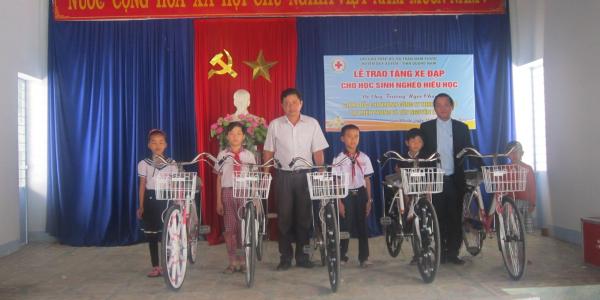 Lễ trao tặng xe đạp cho trẻ em nghèo hiếu học TT Nam Phước 12-02-2015